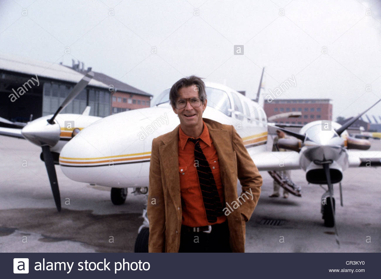 Perkins, Anthony, 4.4.1932 - 13.9.1992, US actor, half length, arrival at an airport, 1980s, glasses, plane, sneakers, - Stock Image