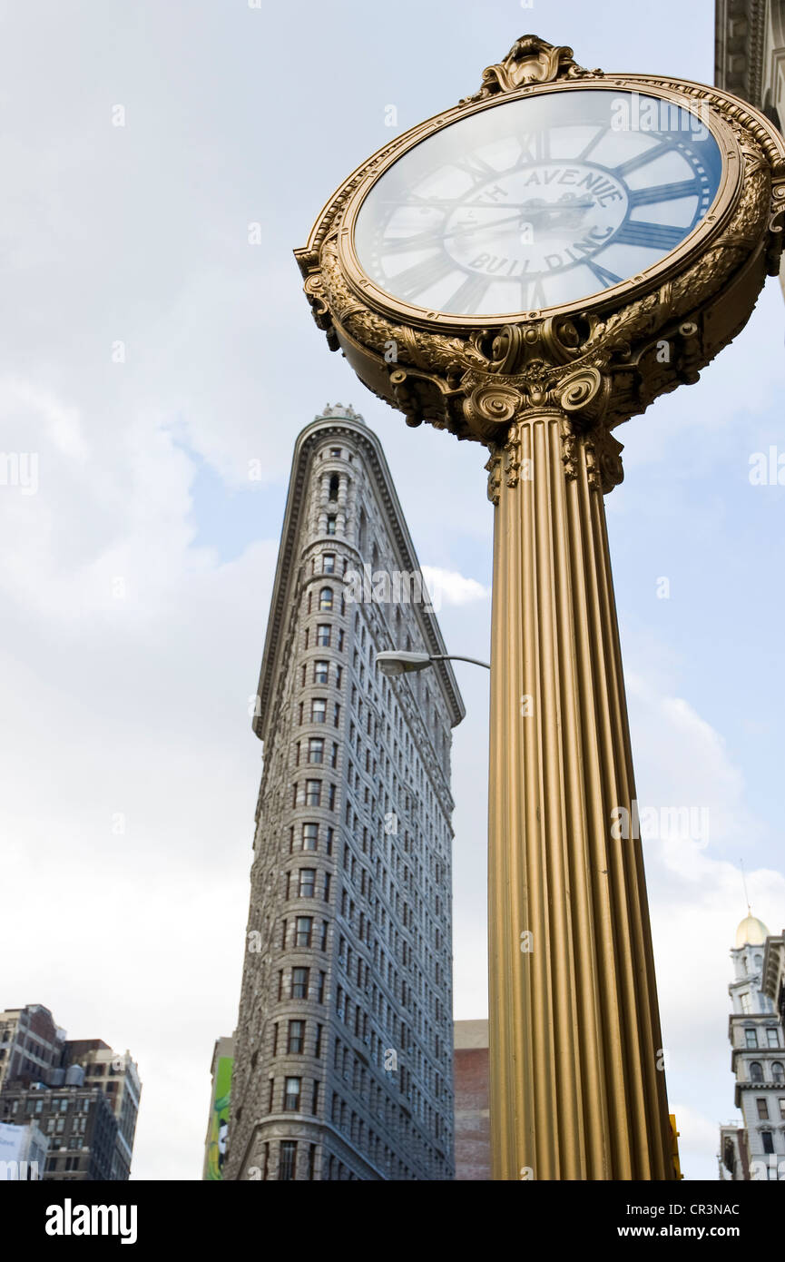 Clock in front of the Flatiron Building, Manhattan, New York, USA - Stock Image