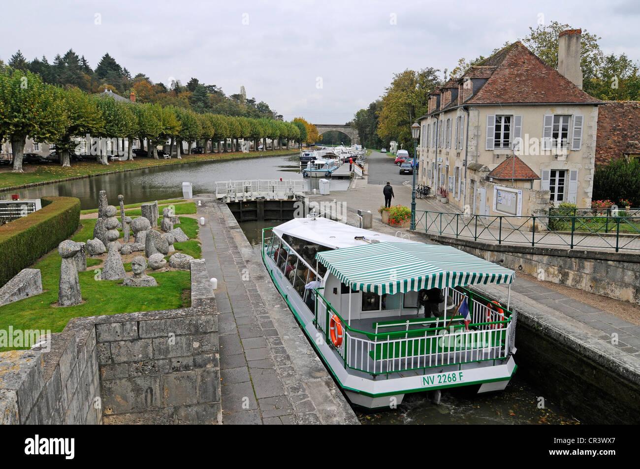 Ship in the lock, Canal latéral à la Loire, Loire side channel, Briare, Loiret, Centre, France, Europe, - Stock Image