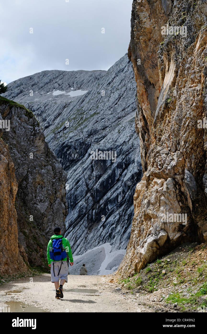 Hikers on the Gipfel-Erlebnisweg, summit adventure trail at Alpspitzbahn, Garmisch-Partenkirchen, Wetterstein range - Stock Image