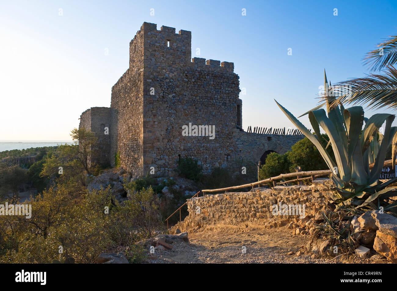 France, Aude, Corbieres, Fitou, Chateau de Fitou, 10th century castle on a rock spur dominating the town - Stock Image