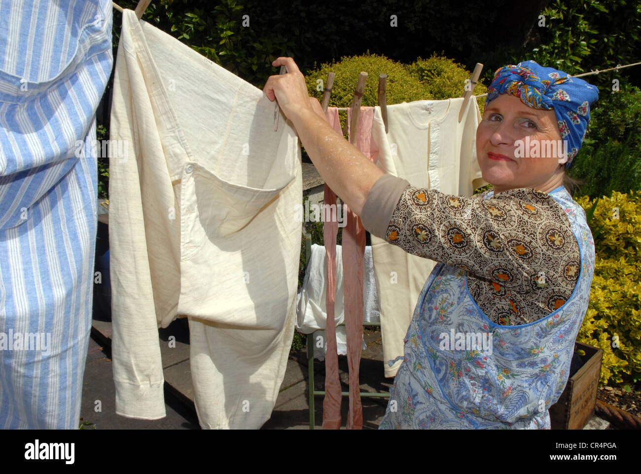 washer-woman-dressed-in-1940s-attire-at-a-world-war-2-renactment-event-CR4PGA.jpg