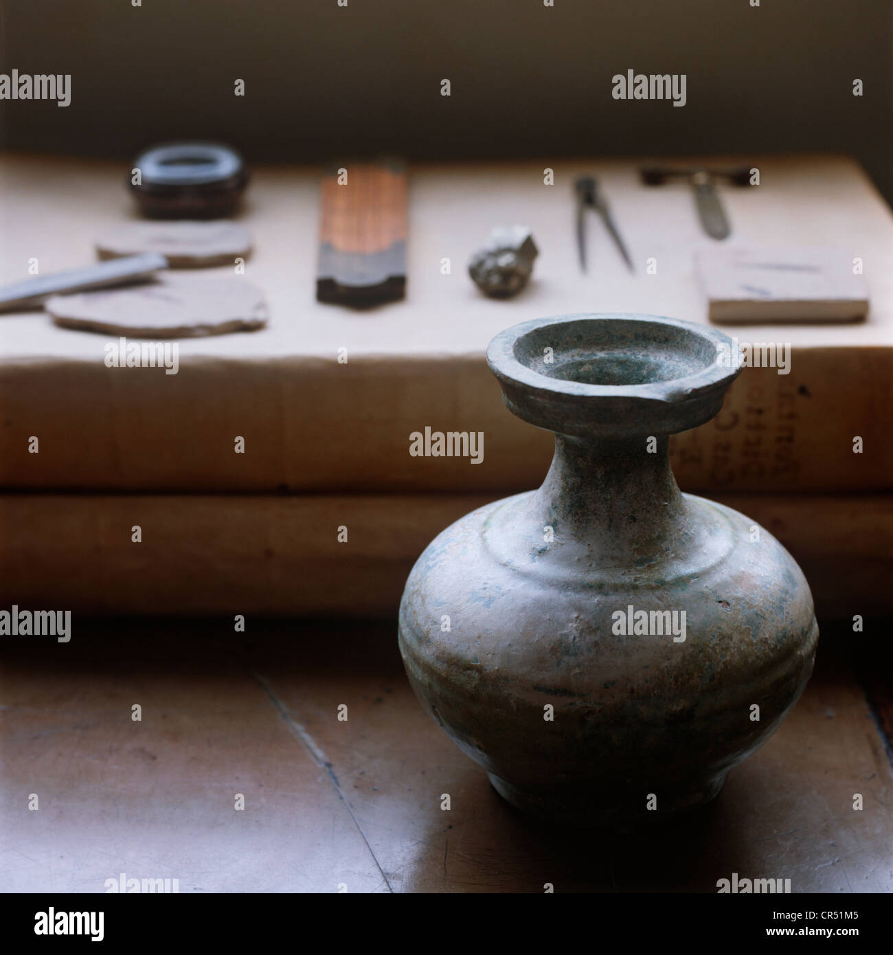 Han vase and shelf of mathematical tools - Stock Image