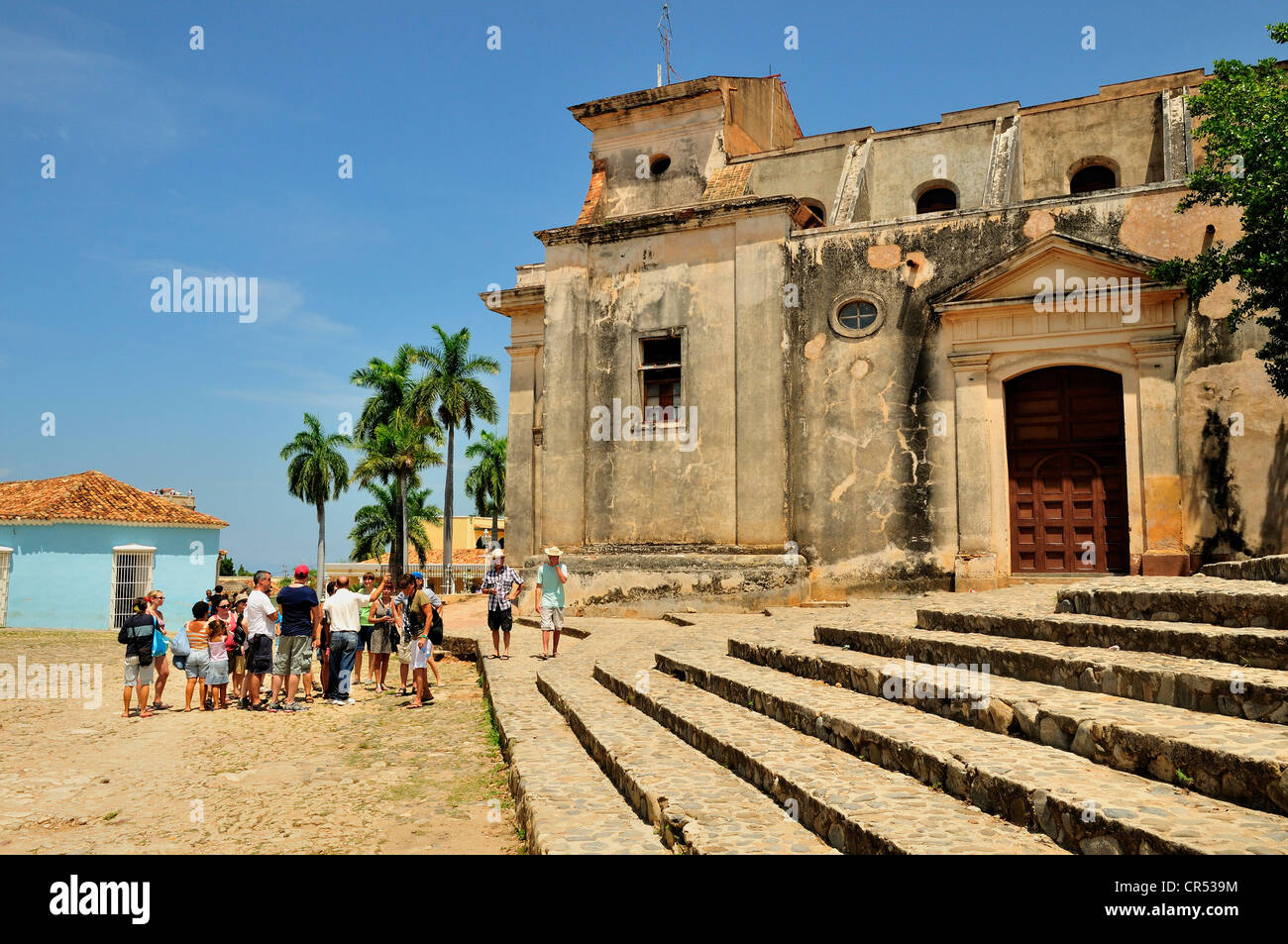 Group of tourists in front of Iglesia Parroquial de la Santísima, Church of the Holy Trinity, Trinidad, Cuba, - Stock Image