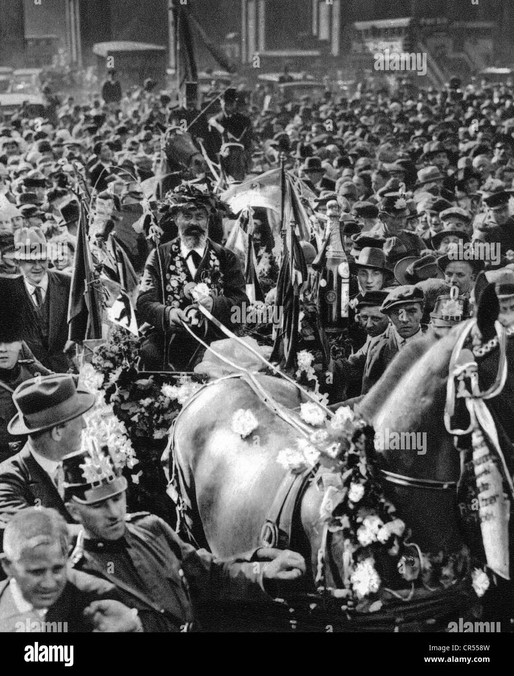 Hartmann, Gustav, 4.8.1859 - 23.12.1938, Berlin coachman, called 'The Iron Gustav', arrival in Berlin, 1928, - Stock Image