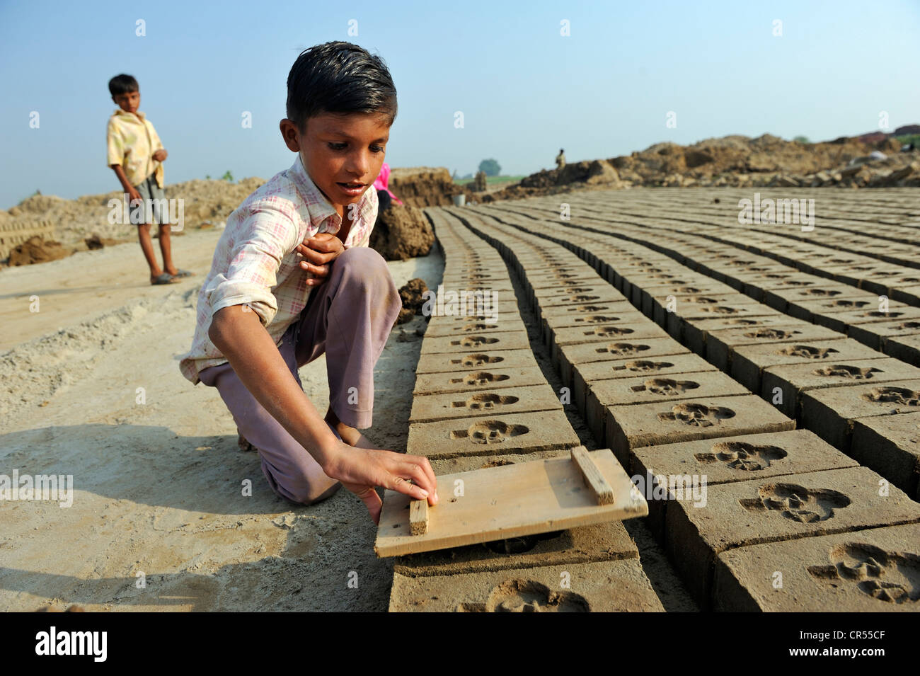 Child labour, 8-year-old boy working in a brickyard, member of the Christian minority, which is particularly affected - Stock Image