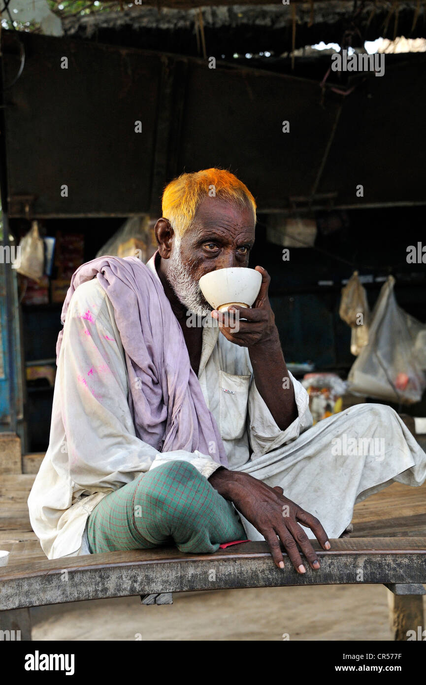 Man drinking tea in a tea room, Muzaffaragarh, Punjab, Pakistan, Asia - Stock Image