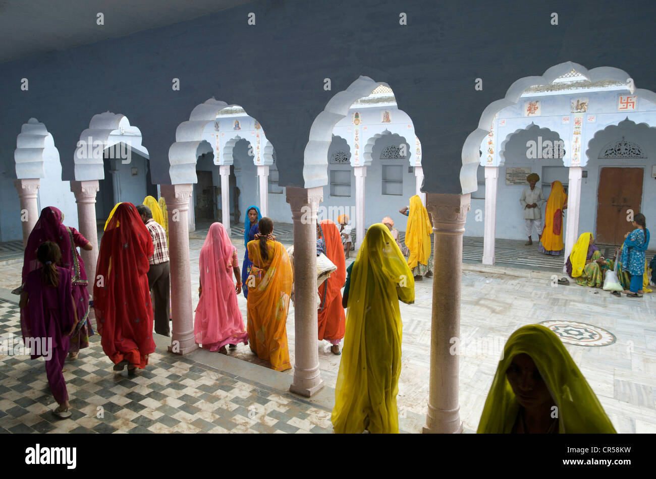 India, Rajasthan State, Pushkar, people grouping in a Hindu temple during the Pushkar Fair - Stock Image