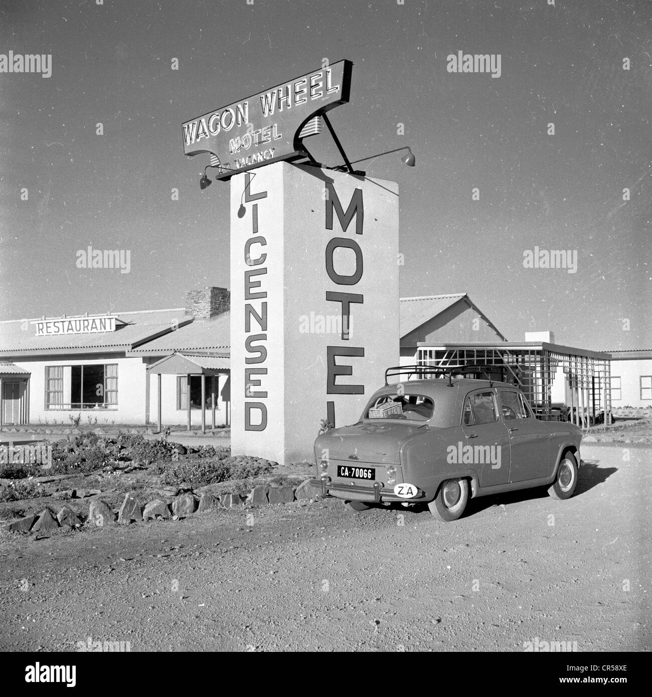 South Africa,1950s. Old car parked outside The Wagon Wheel motel ...
