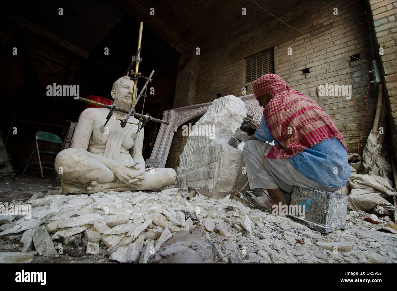 Artist working on a duplicate of a statue in the streets of Kolkata, West Bengal, India, Asia - Stock Image