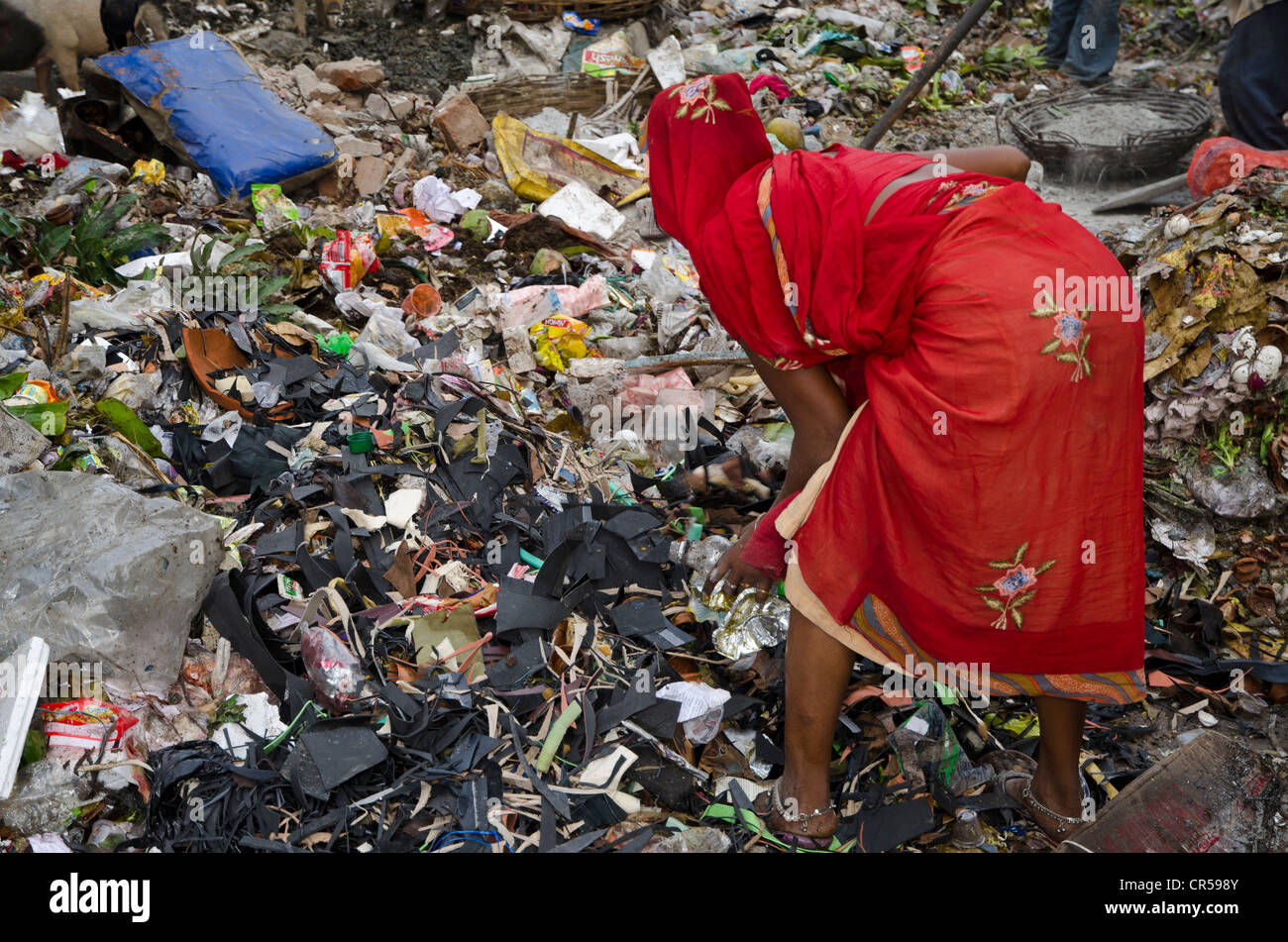 Woman of a low caste sorting out the recyclable parts at a rubbish dump, Kolkata, West Bengal, India, Asia - Stock Image