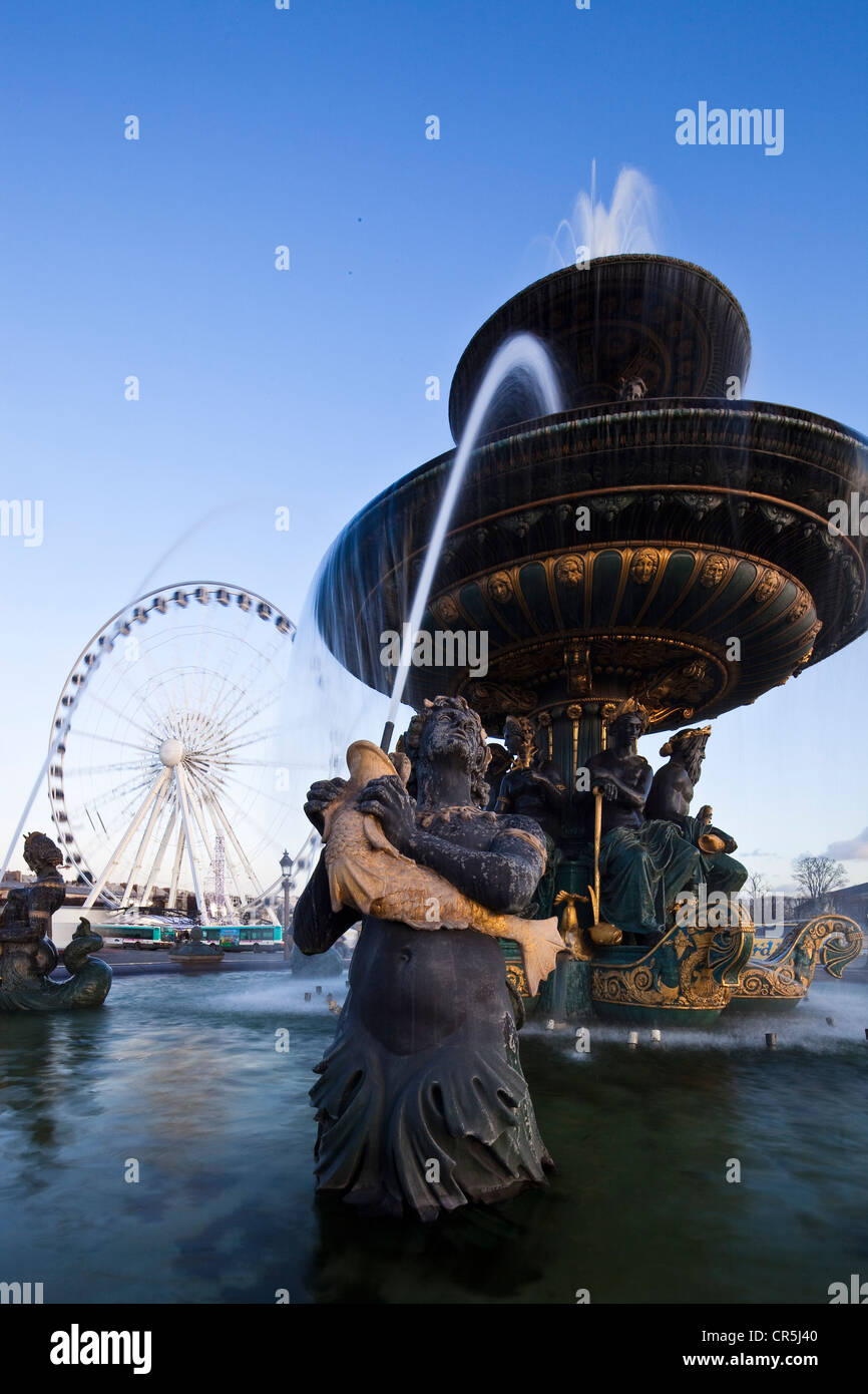 France, Paris, the fountain of the Rivers on the the Place de la Concorde and the Big Wheel (2009) - Stock Image