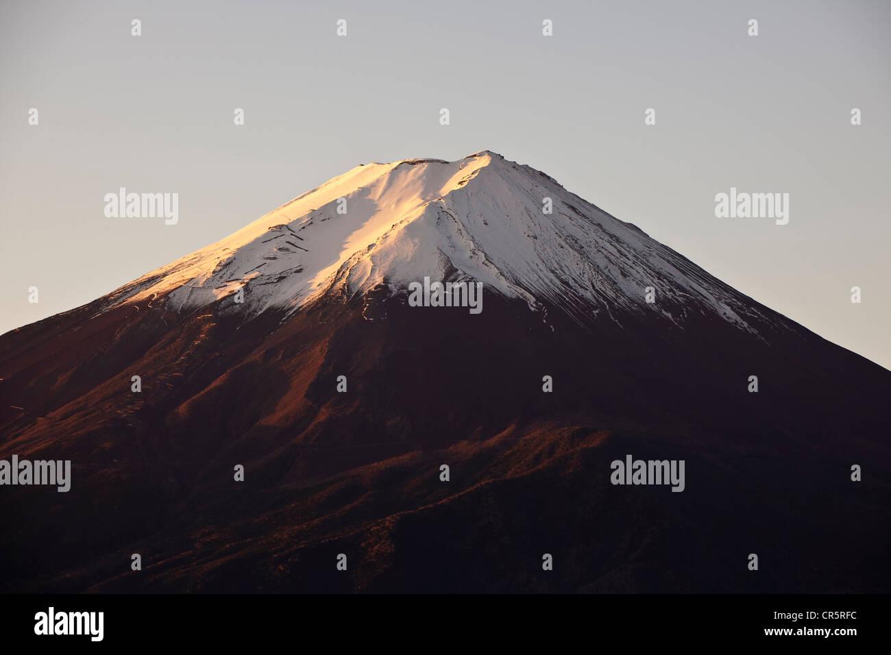 Japan, Honshu Island, Kansai Region, the Mount Fuji (3776m) seen from the banks of the lake Kawaguchiko at sunset - Stock Image