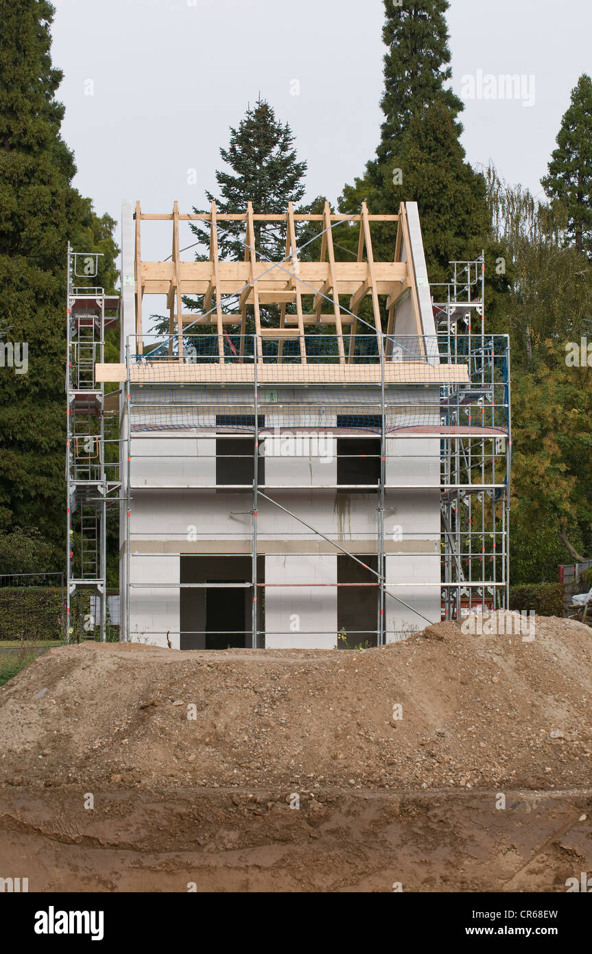 Building shell, house with scaffolding and attached roof structure, building site, PublicGround - Stock Image
