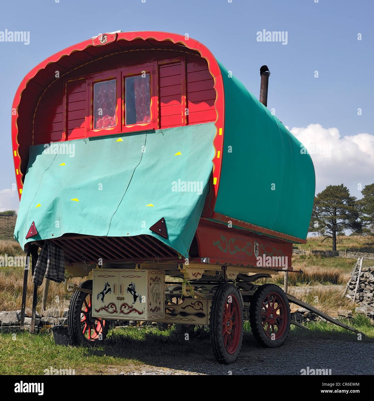 A traditional horse-drawn gypsy caravan, Garsdale Head, Yorkshire, England - Stock Image