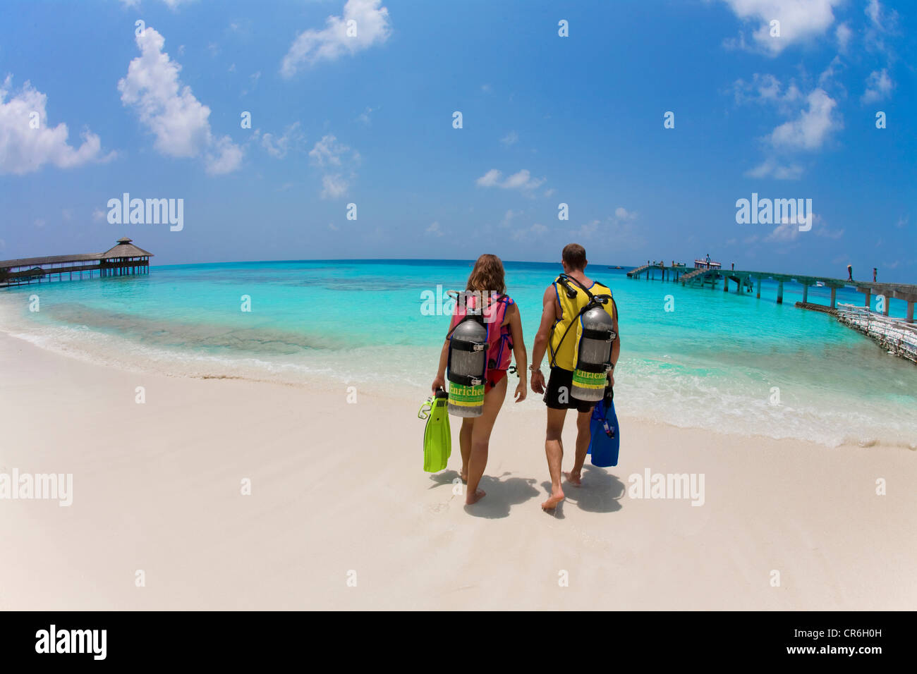 Couple, scuba divers on the beach of Reethi Beach Island, Baa Atoll, Maldives, Indian Ocean, Asia - Stock Image