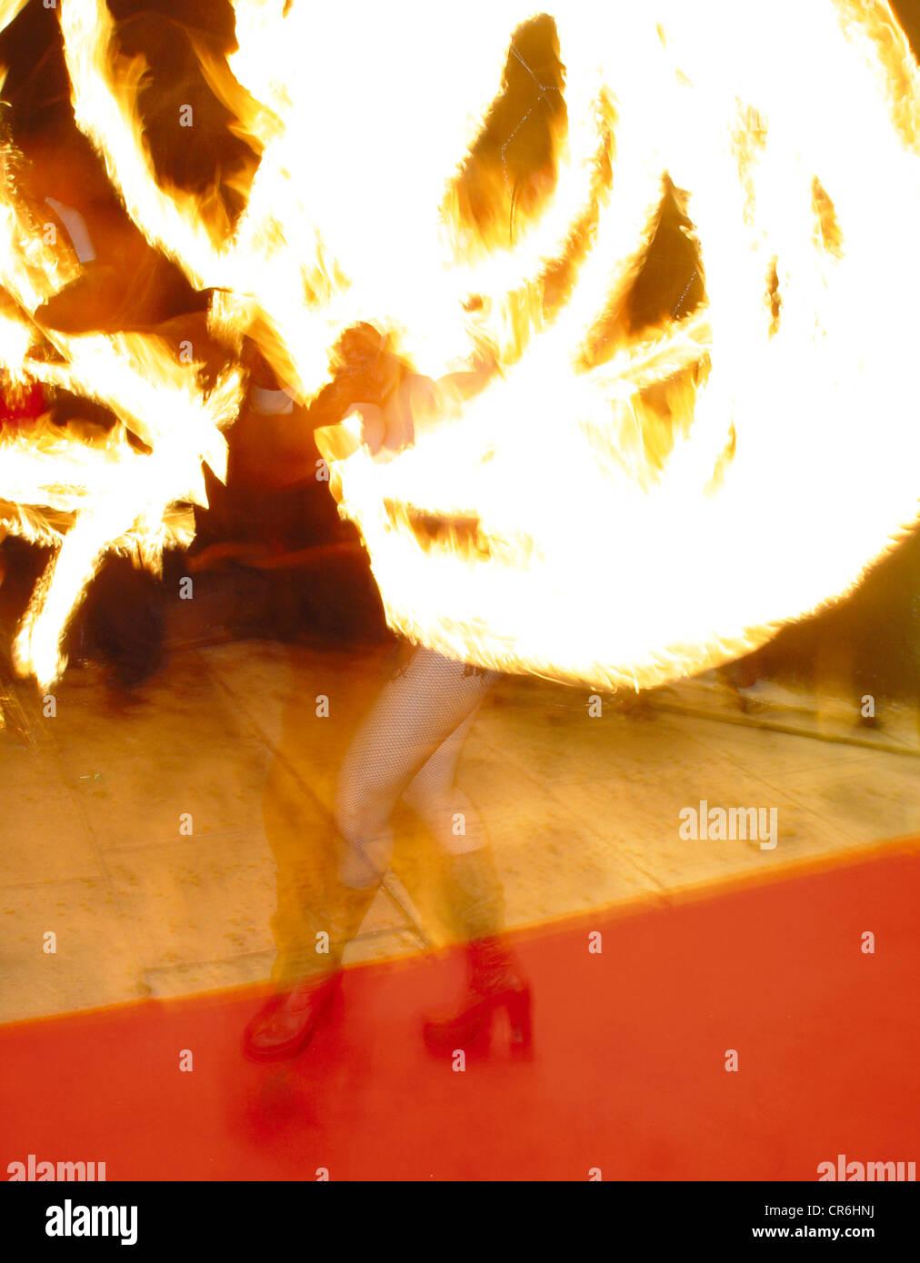 women plays fire show donna gioca fuoco spettacolo Stock Photo