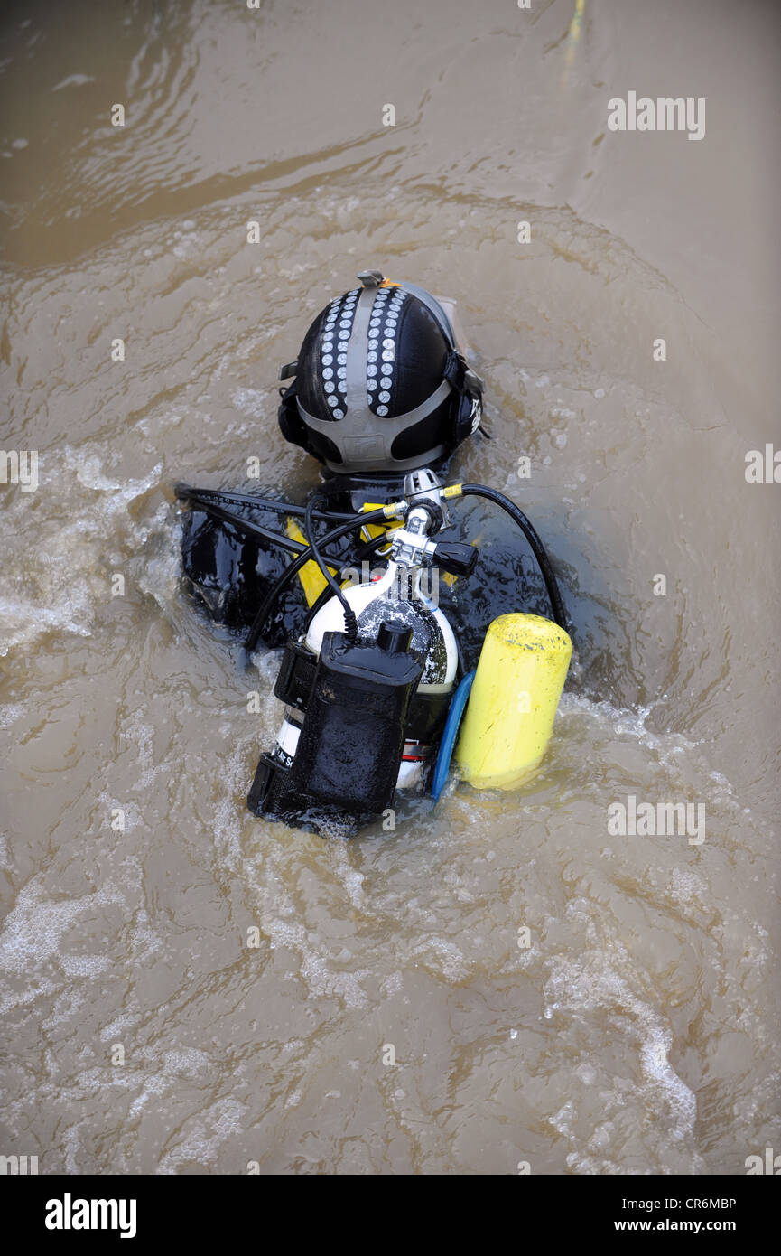 Police drivers doing an underwater search for a weapon in the River Ouse near Lewes - Stock Image