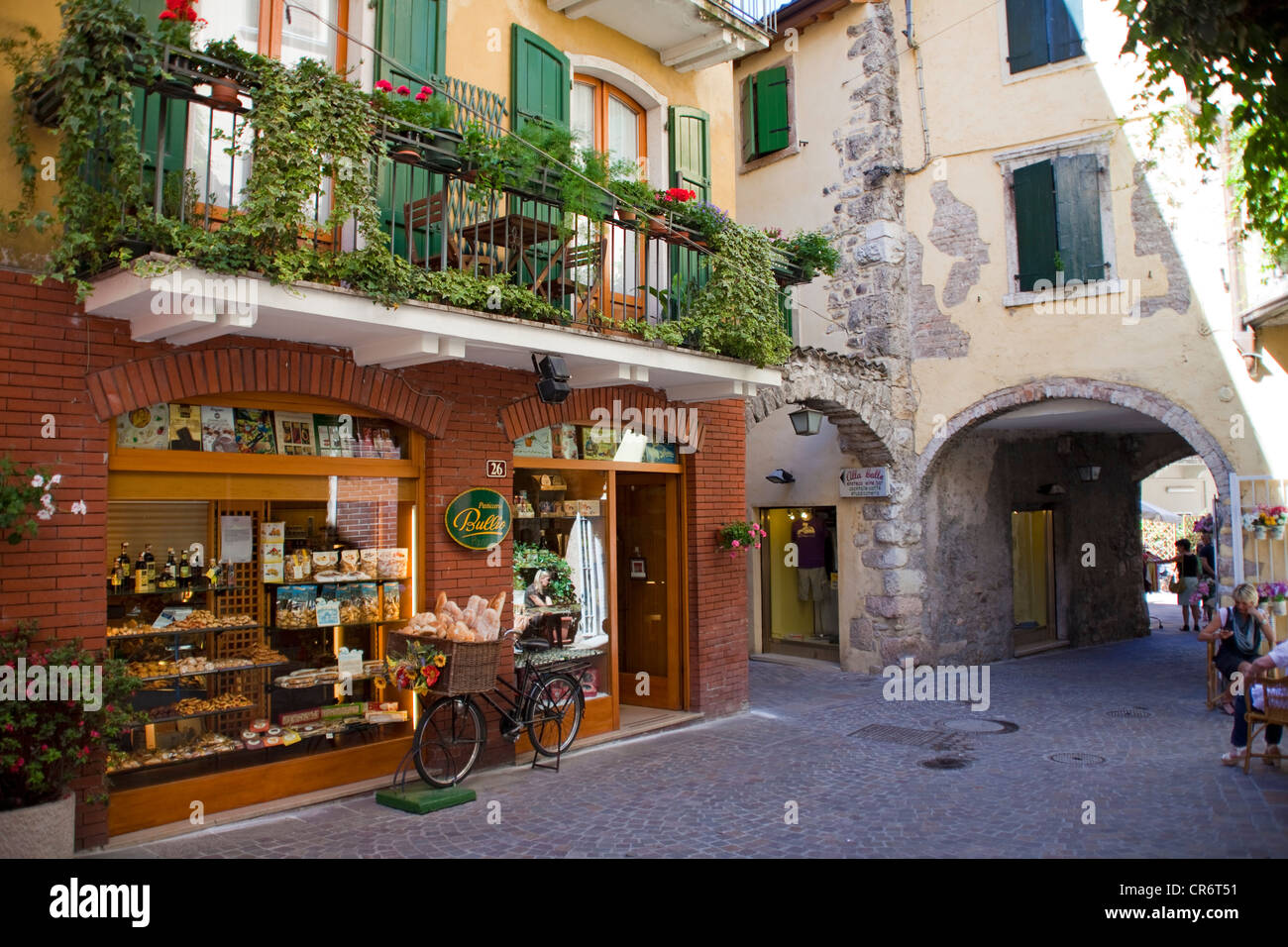 Bicycle with bread basket in front of a bakery shop, alley in Garda, Lake Garda, Verona Province, Veneto, Italy, - Stock Image