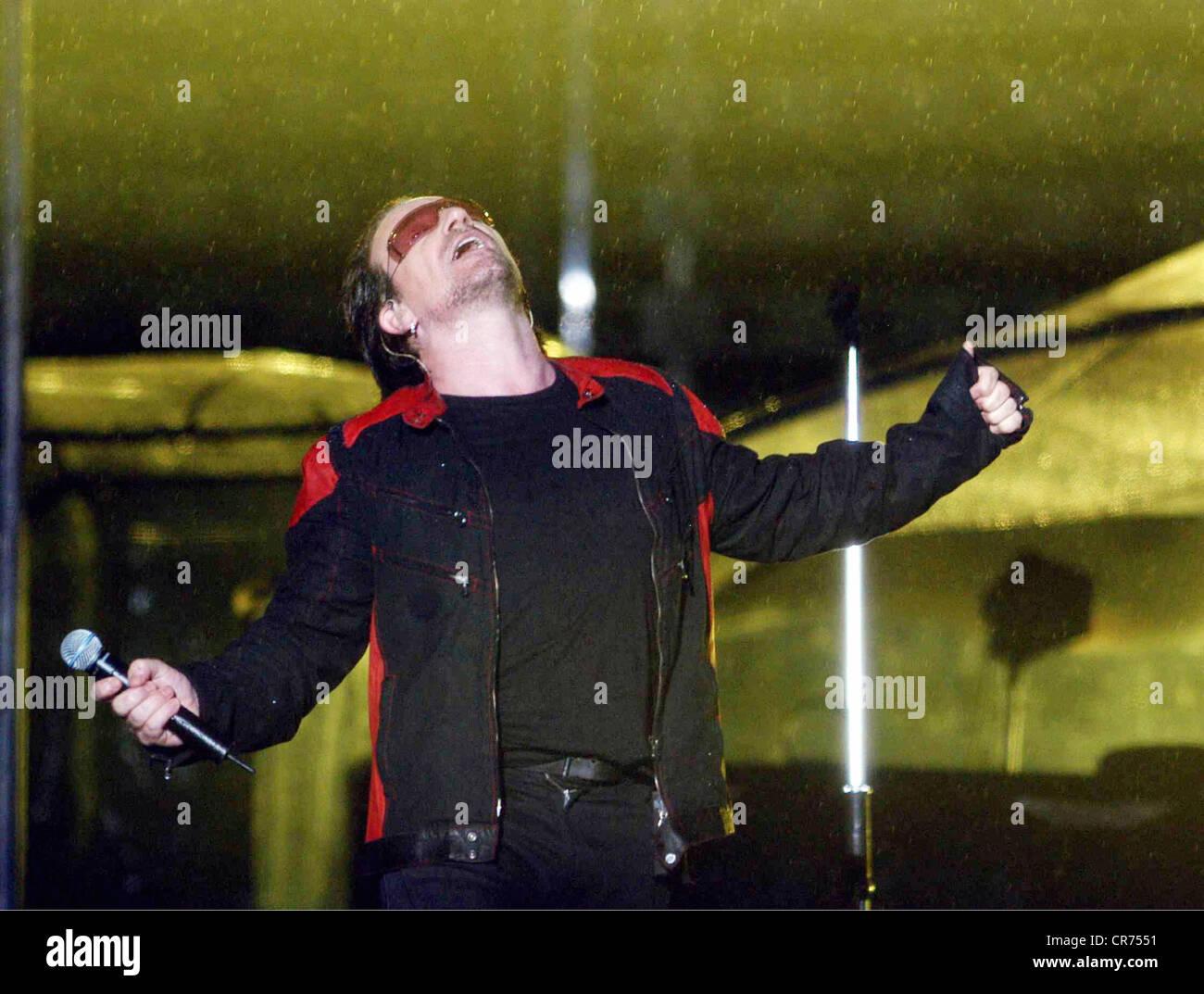 U2, Irish rock band, frontman Bono Vox is singing in the rain, half length, Olympic stadium, Munich, Germany, 2.8.2005, - Stock Image