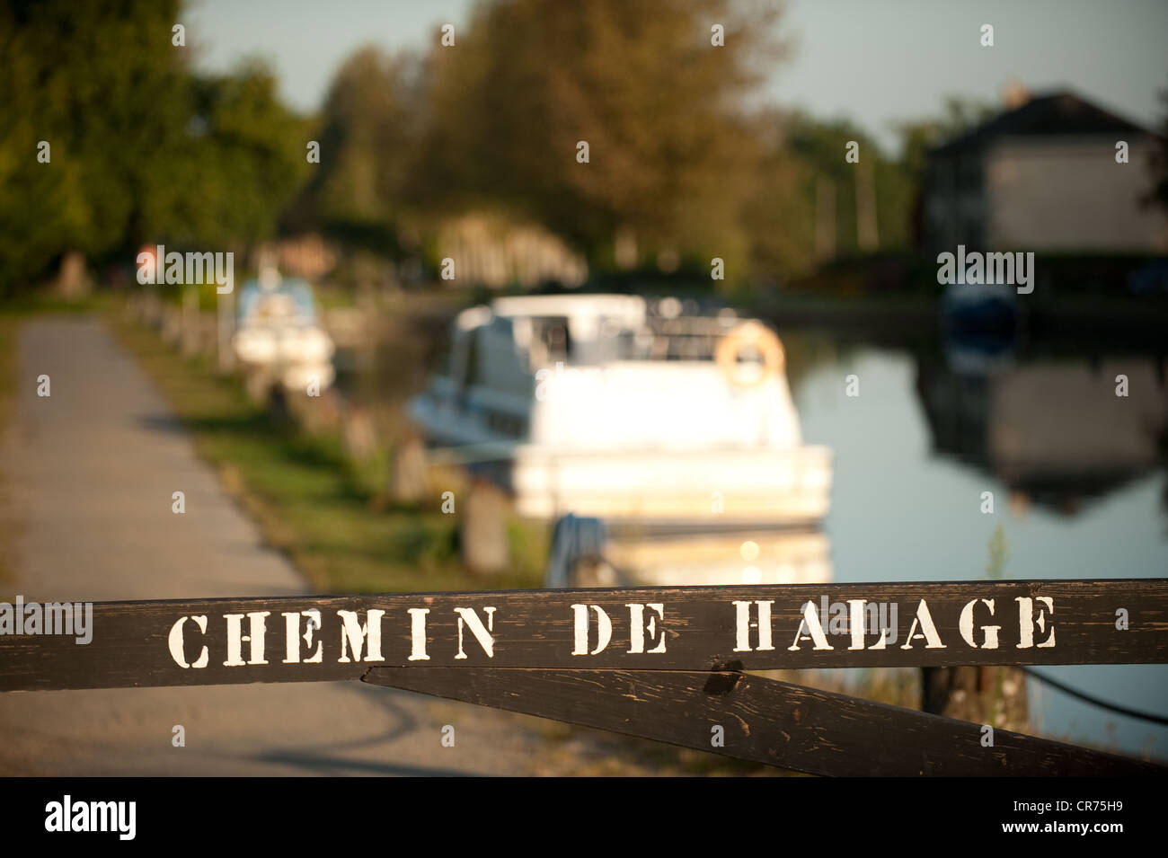 France, Ille et Vilaine, Hede, les Onzes Ecluses (the 11 locks), sign indicating the towpath - Stock Image