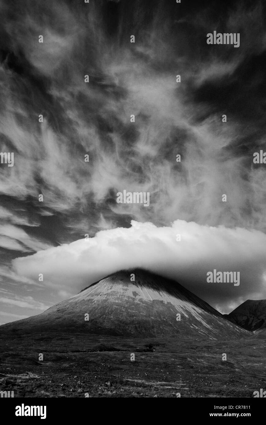 Dramatic cirrus cloud over Marsco, mountain on the Isle of Skye, Inner Hebrides, Scotland - Stock Image