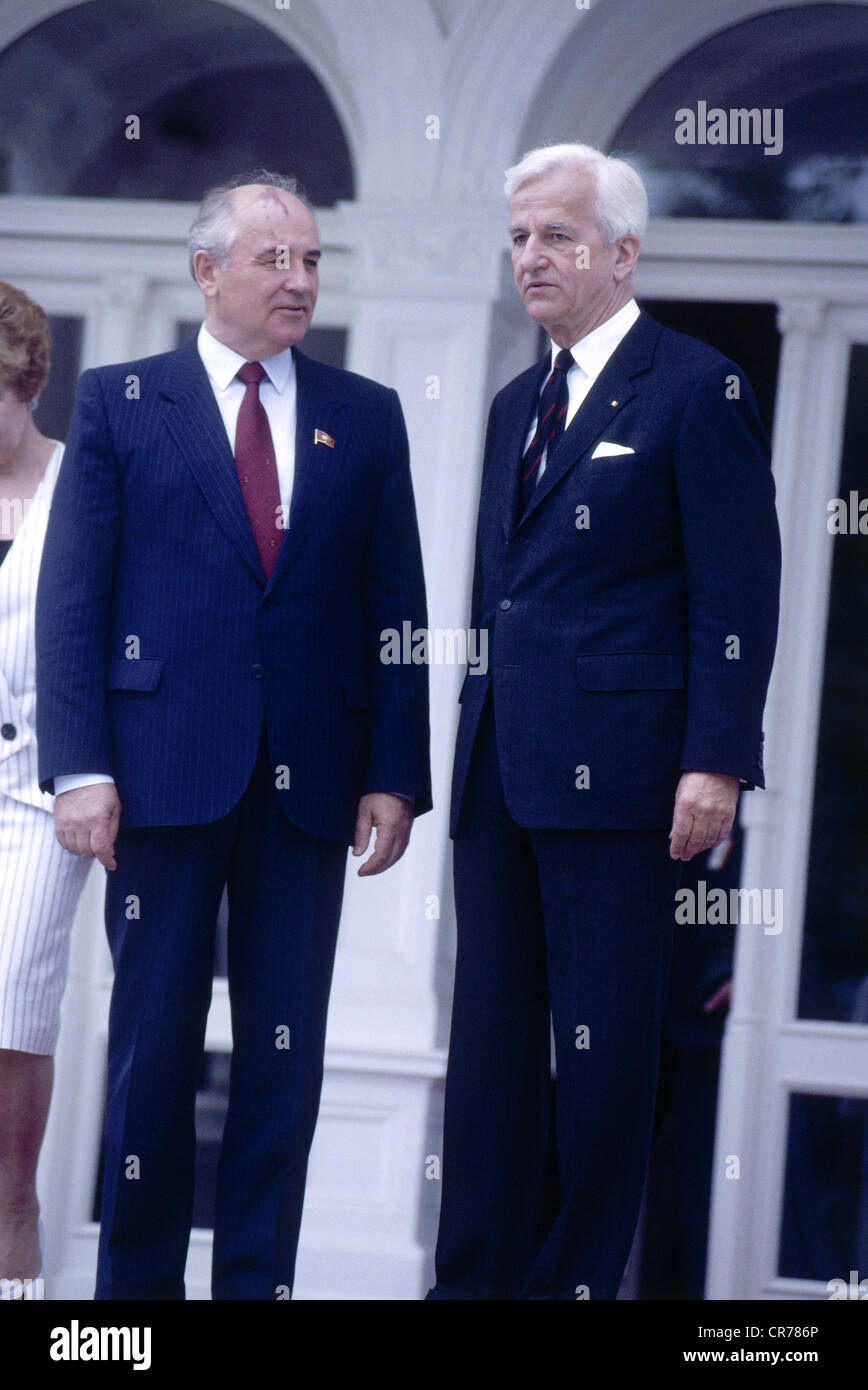 Mikhail Gorbachev, * 2.3.1931, Soviet politician (CPSU), full length, during a state visit to Germany, with the - Stock Image