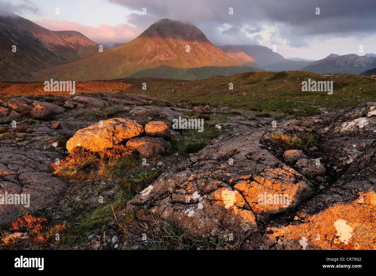 Summer evening sunlight on rocks on Nead na h - lolaire and Marsco, Isle of Skye, Scotland - Stock Image
