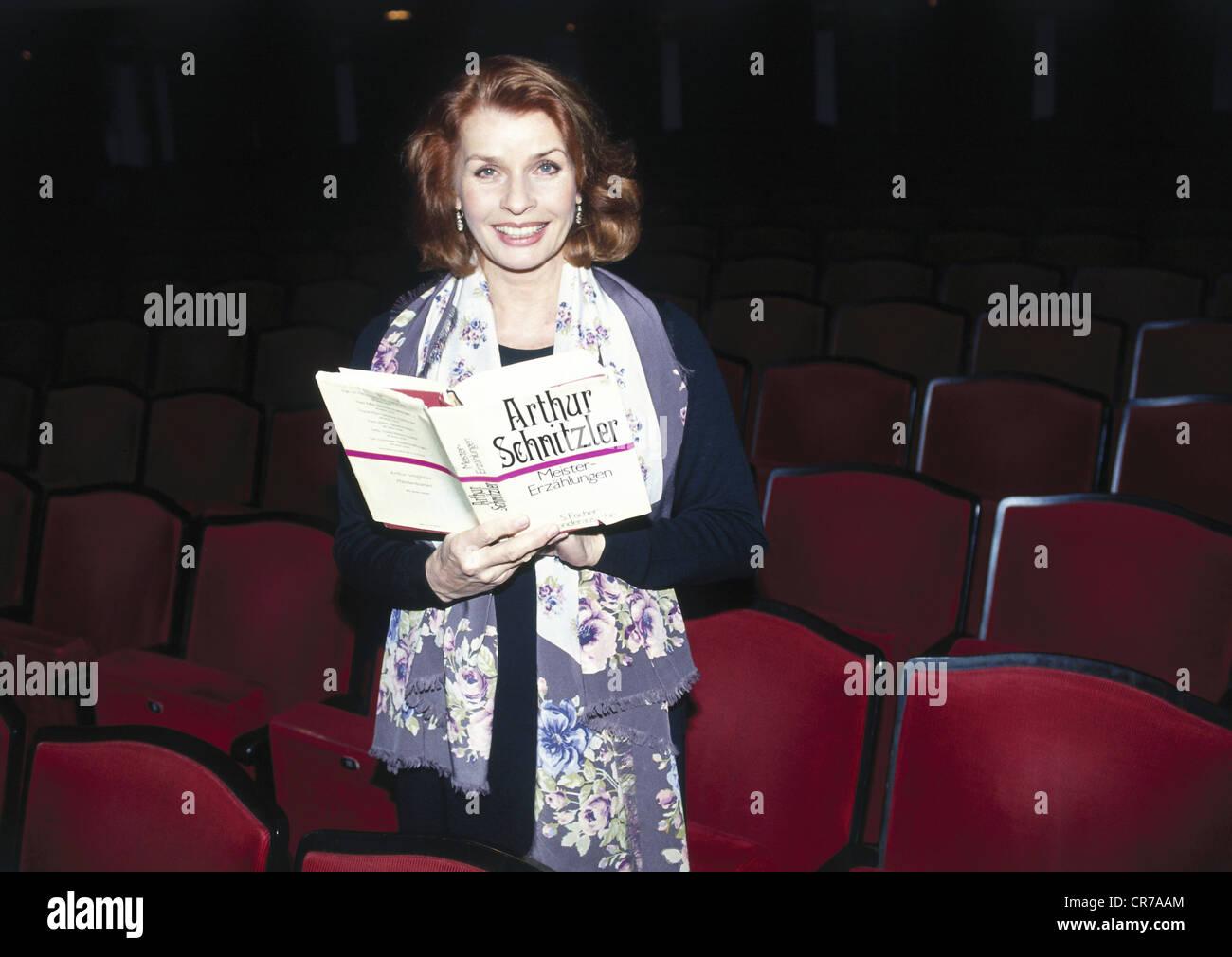 """Berger, Senta, * 13.5.1941, Austrian actress, half length, at the theatre """"Kleine Komoedie"""", Hotel Bayerischer Hof, Stock Photo"""