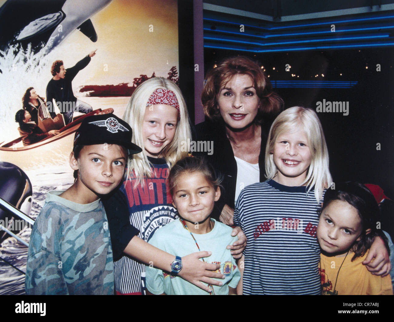 """Berger, Senta, * 13.5.1941, Austrian actress, group picture with children, as UNICEF ambassador, at the preview of the movie """"Free Willy II"""" in Munich, August 1995, Stock Photo"""