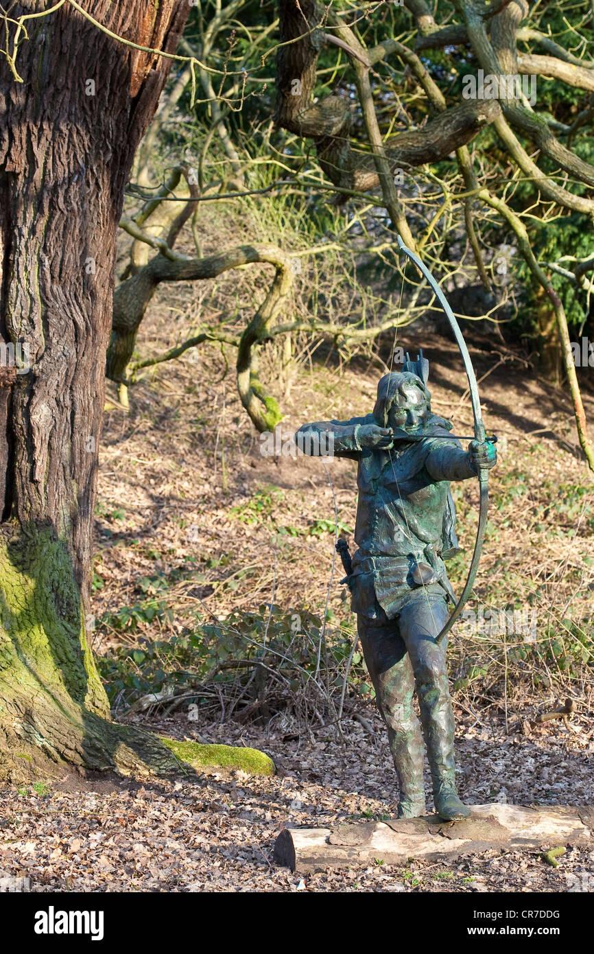 United Kingdom, East Midlands, Nottinghamshire, Edwinstowe, Sherwood Forest, Robin Hood statue - Stock Image
