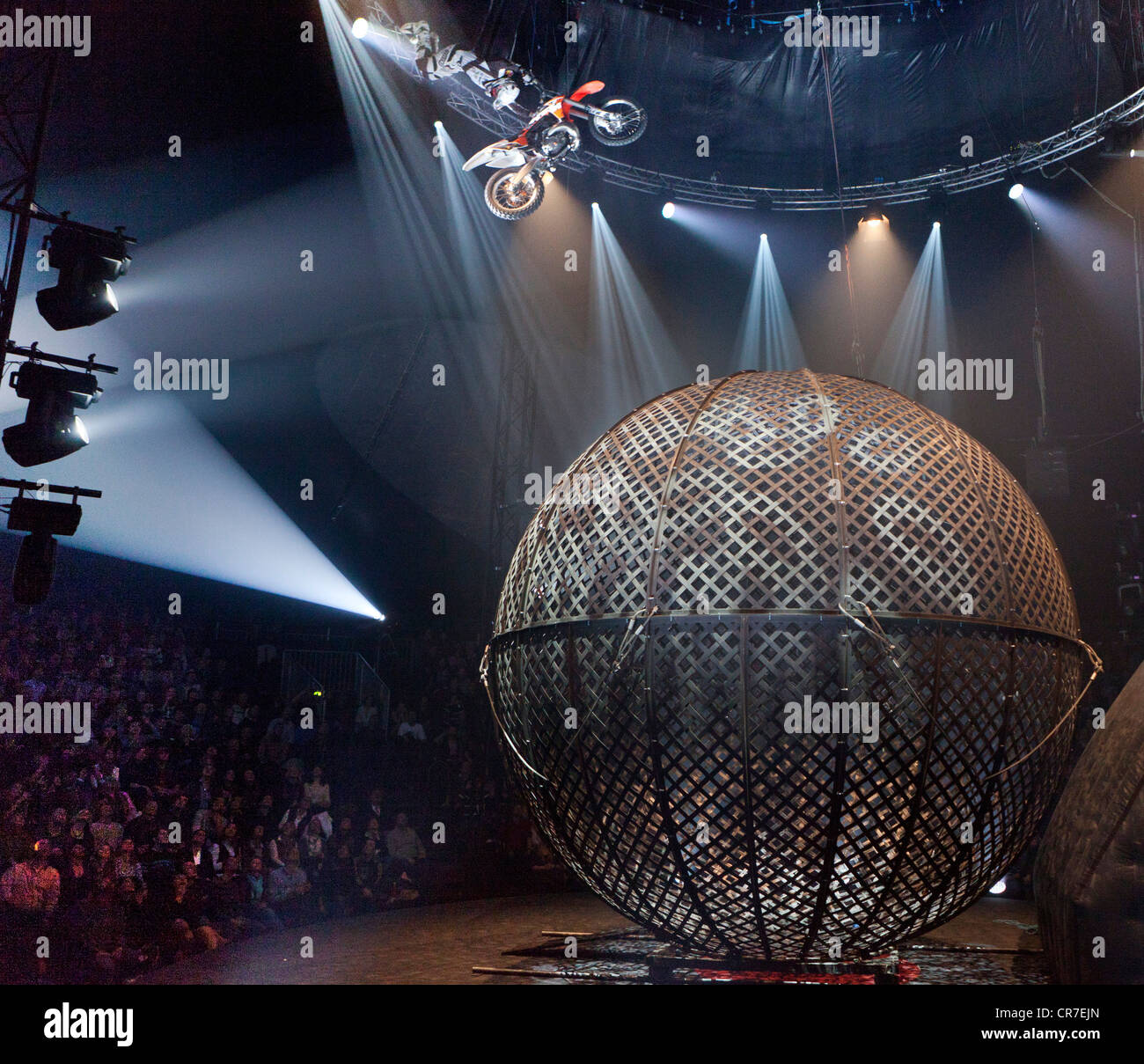 AirFours freestyle motorcycle act, FlicFlac Christmas Circus, premiere of Schrille Nacht, eilige Nacht, Westfalia - Stock Image