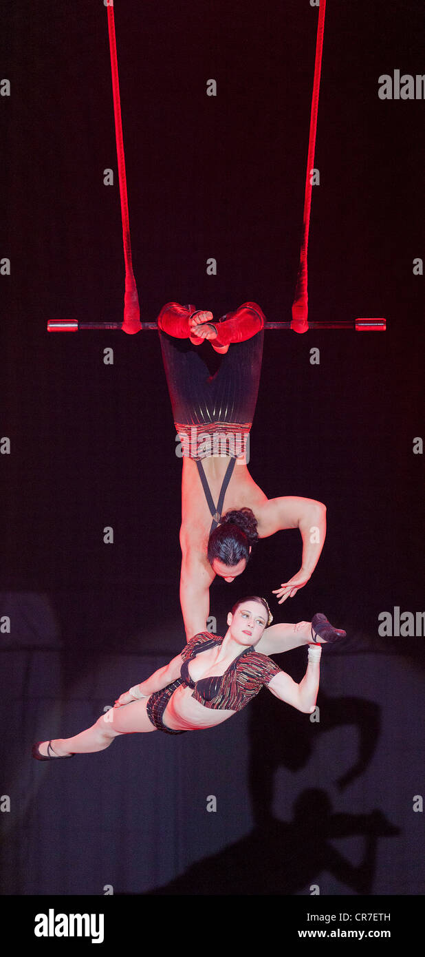Trapeze act, Duo Rose, Samuel and Sylvia, FlicFlac Christmas Circus, premiere of Schrille Nacht, eilige Nacht, Westfalia - Stock Image