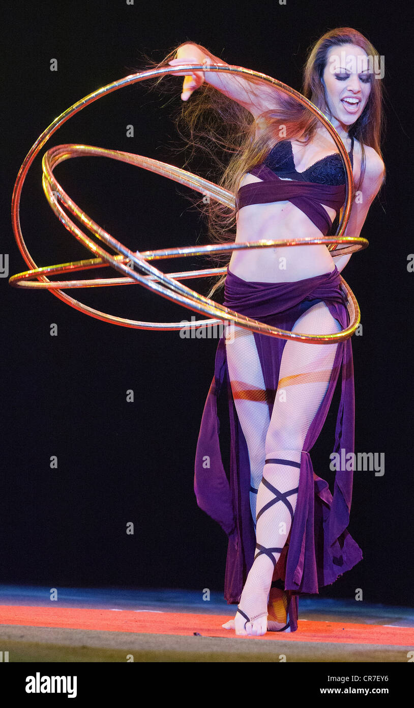 Hula-hoop performance, Romina Micheletty, FlicFlac Christmas Circus, premiere of Schrille Nacht, eilige Nacht, Westfalia - Stock Image