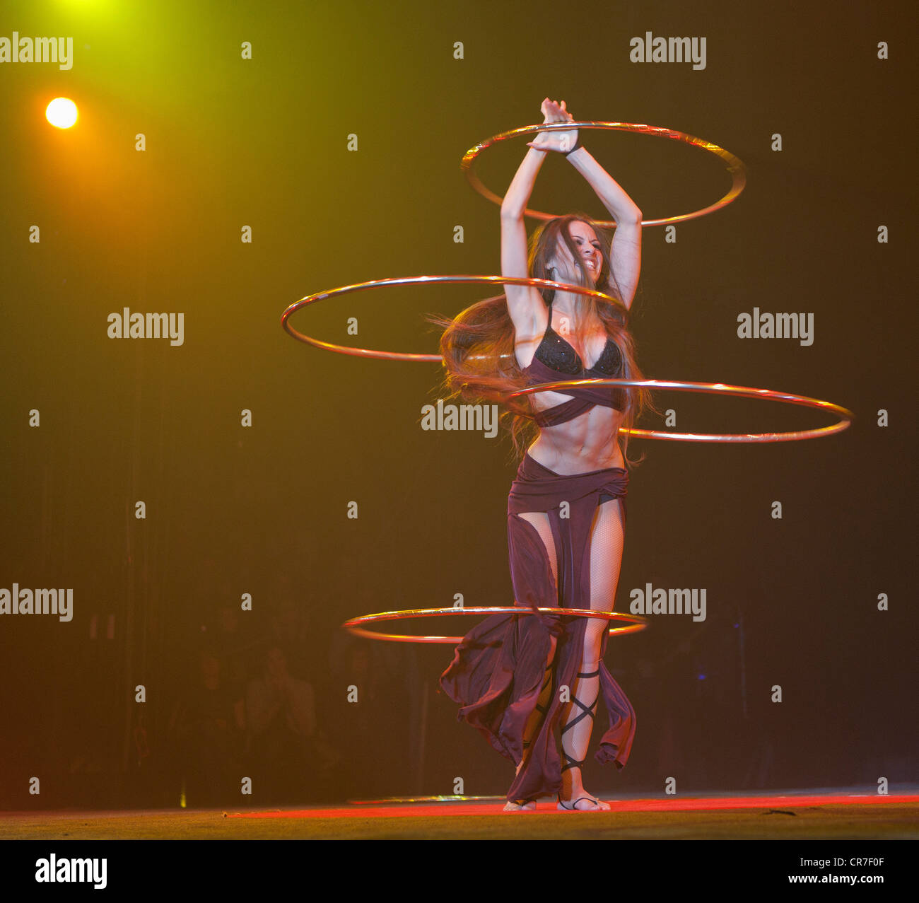 Hula-hoop performance, Romina Micheletty, FlicFlac Christmas Circus, premiere of Schrille Nacht, eilige Nacht, Westphalia - Stock Image
