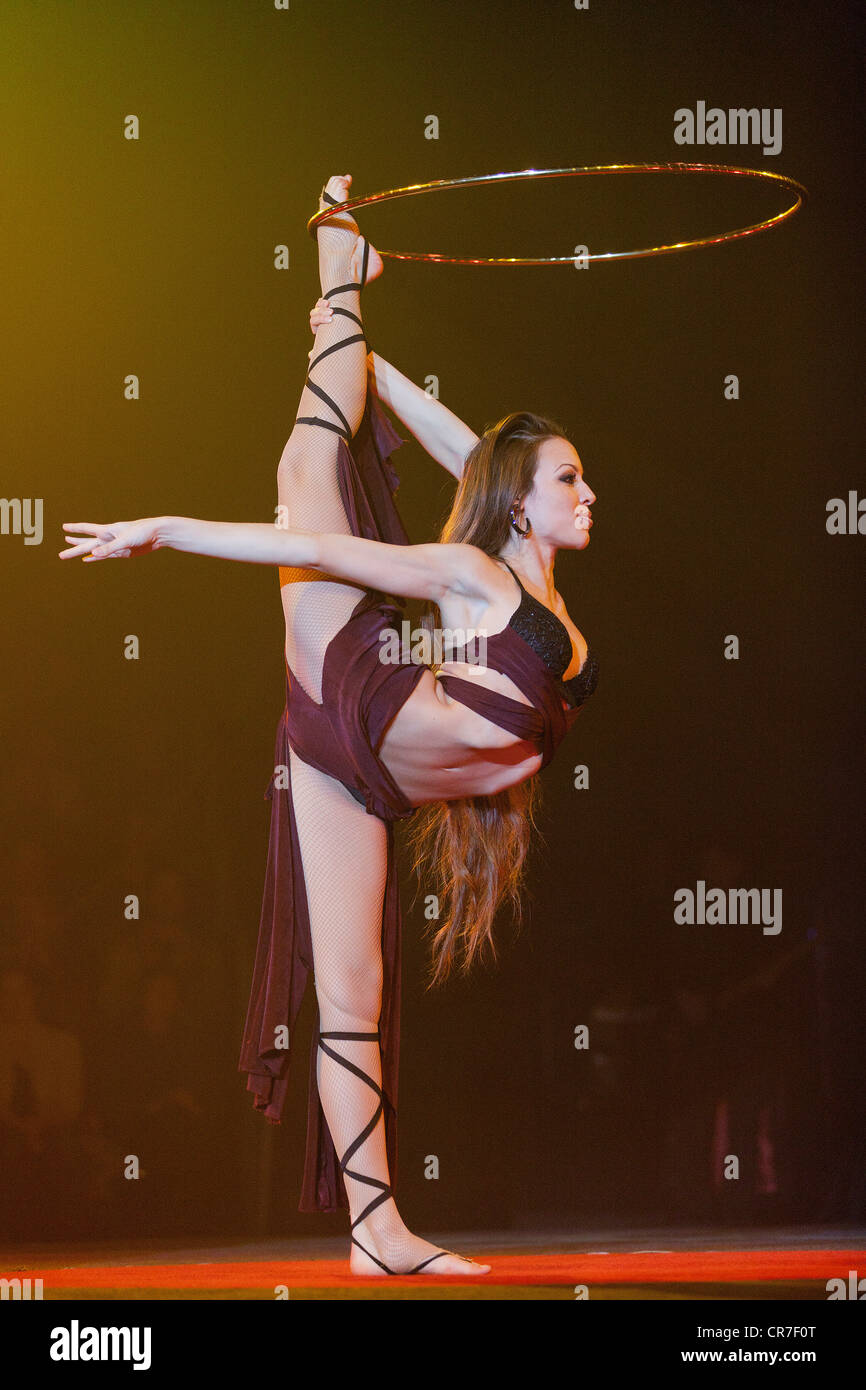 Hula-hoop performance, Romina Micheletty, FlicFlac Christmas Circus, premiere of Schrille Nacht, eilige Nacht, Westphalia - Stock Image