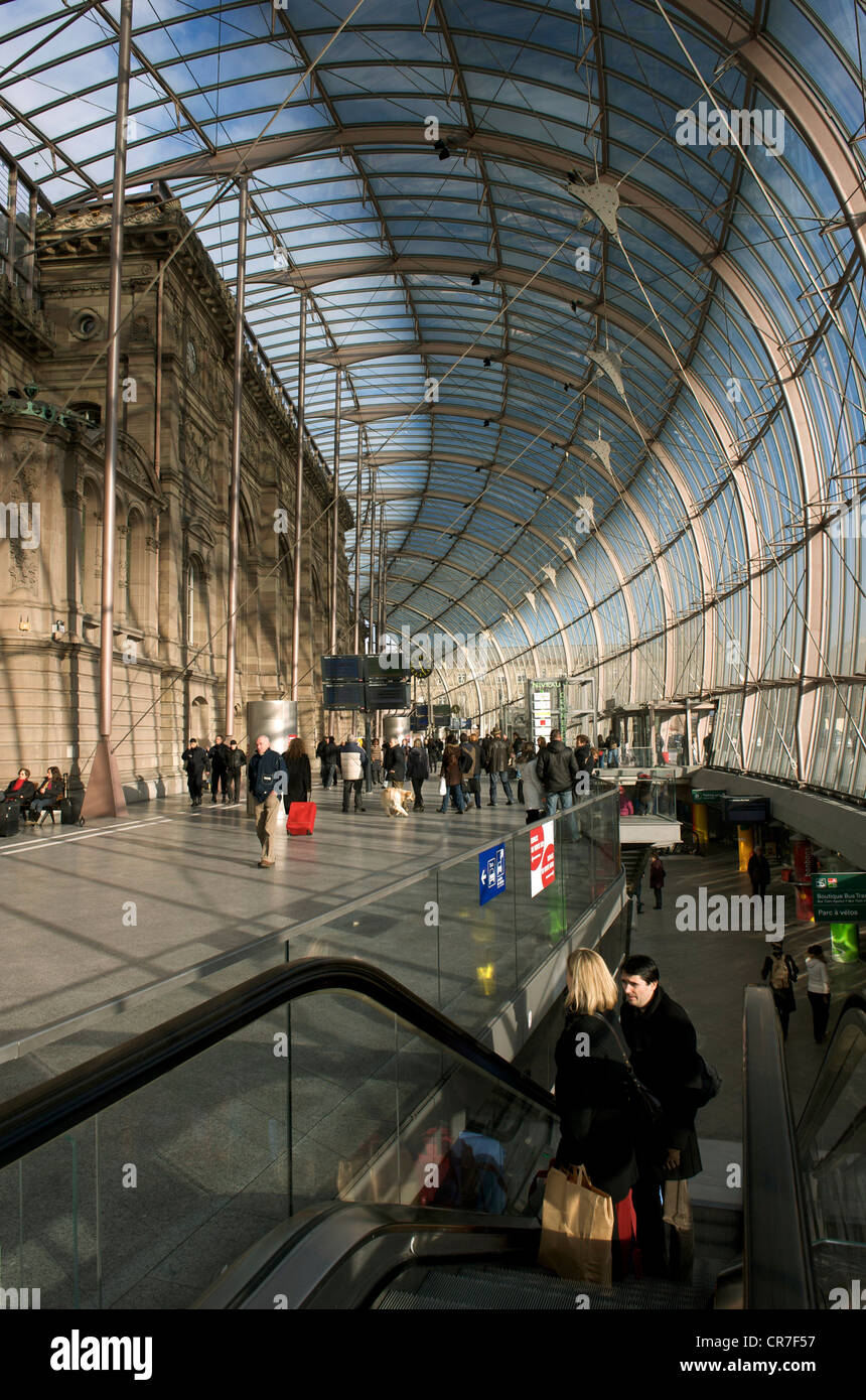 France Bas Rhin Strasbourg glass roof of railway station by architect Jean Marie Duthilleul of architecture firm - Stock Image