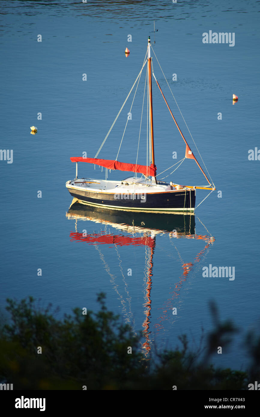 Small yacht moored on the estuary at Salcombe - Stock Image