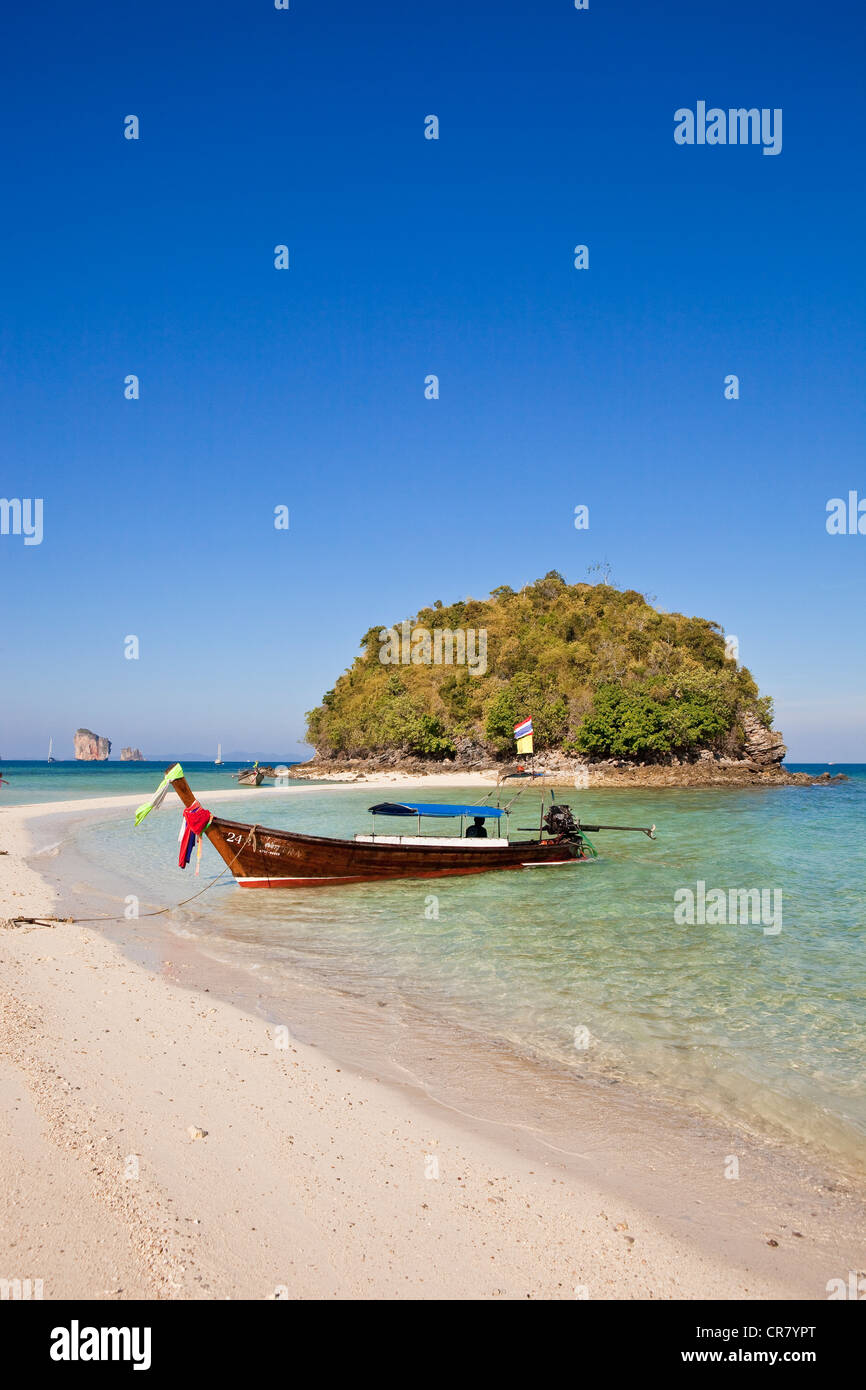 Thailand, Krabi Province, off Railay accessible by Long Tail boat, the Ko Tub Island linked by a sandbank in low - Stock Image
