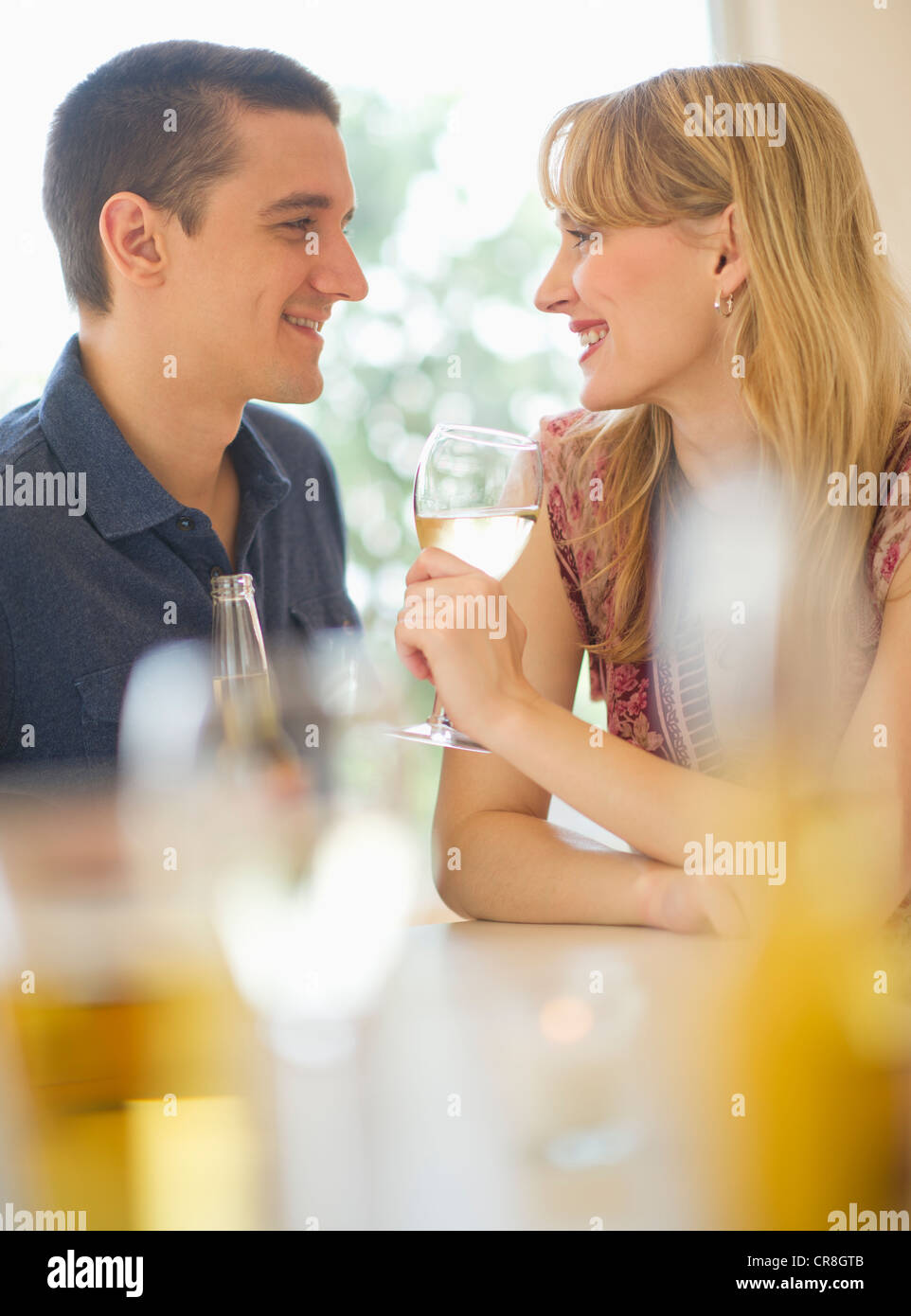 USA, New Jersey, Jersey City, Couple drinking wine - Stock Image
