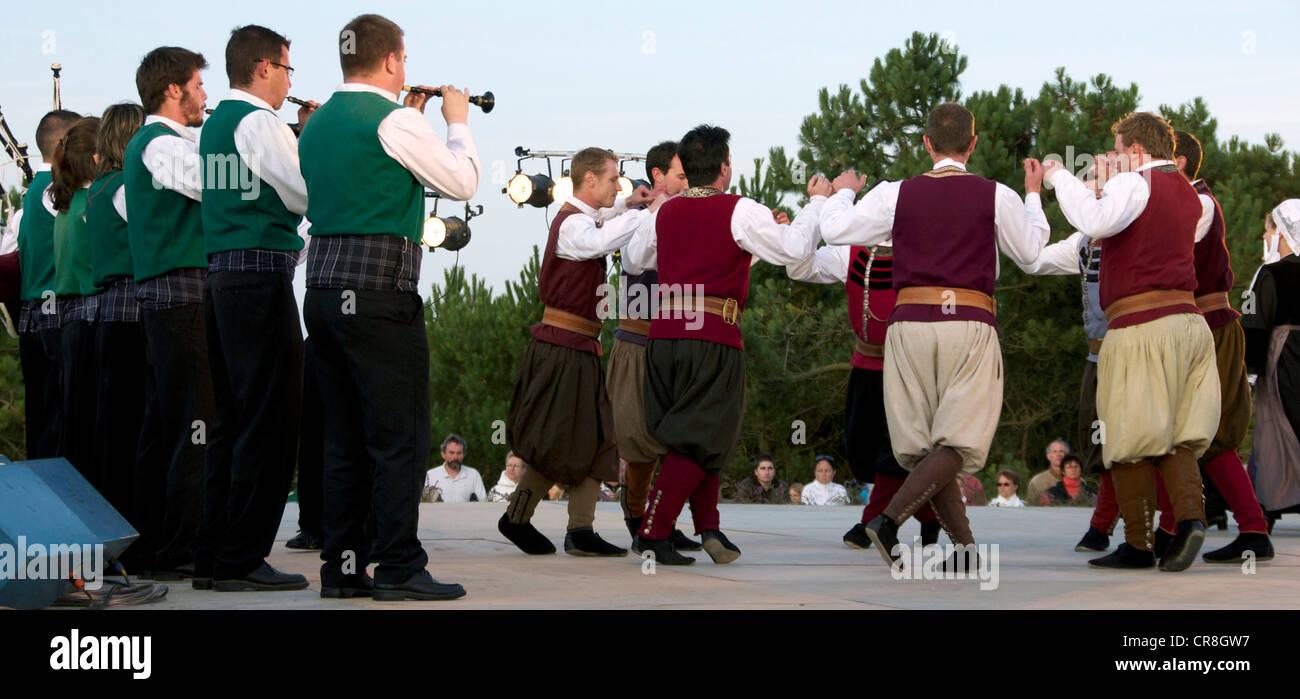France, Finistere, Cap Sizun Kastel Koz, folk festival, Breton dance and music - Stock Image