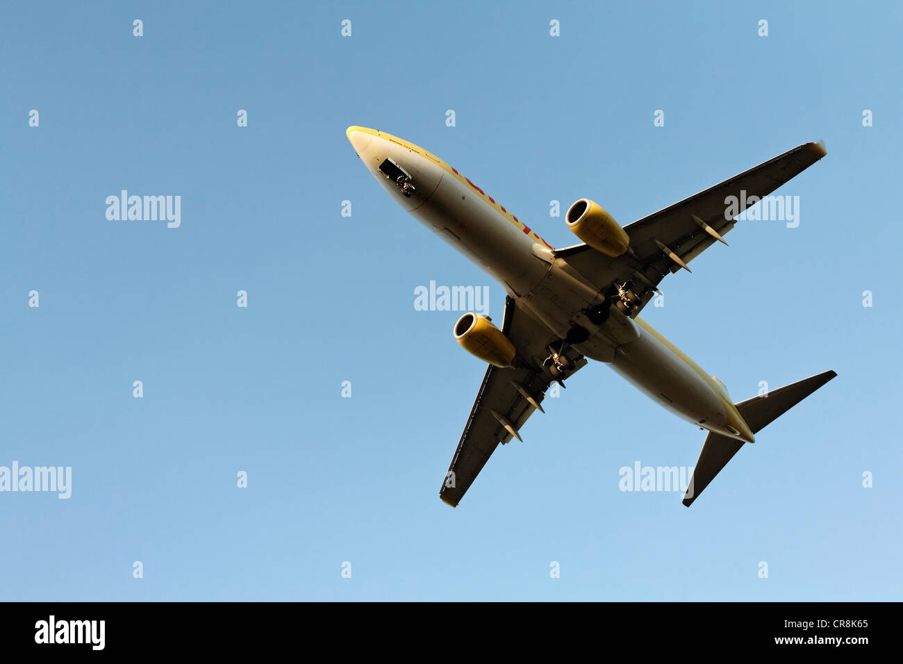 Boeing 737 in its final descent, with landing gear extended - Stock Image