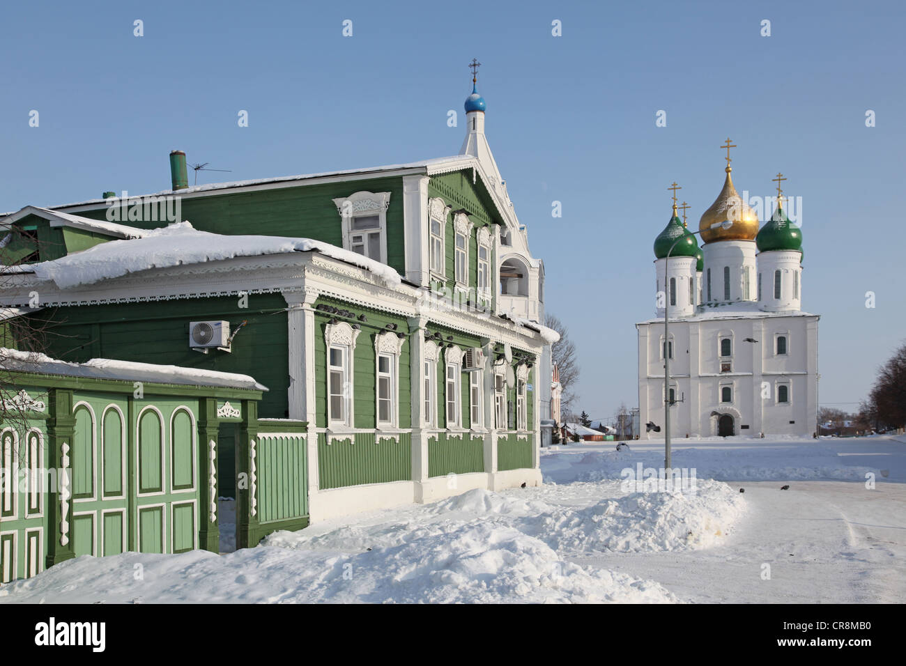 Russia. Kolomna kremlin and historical center. The Cathedral of the Asccension and tipical old russian izba (Log - Stock Image