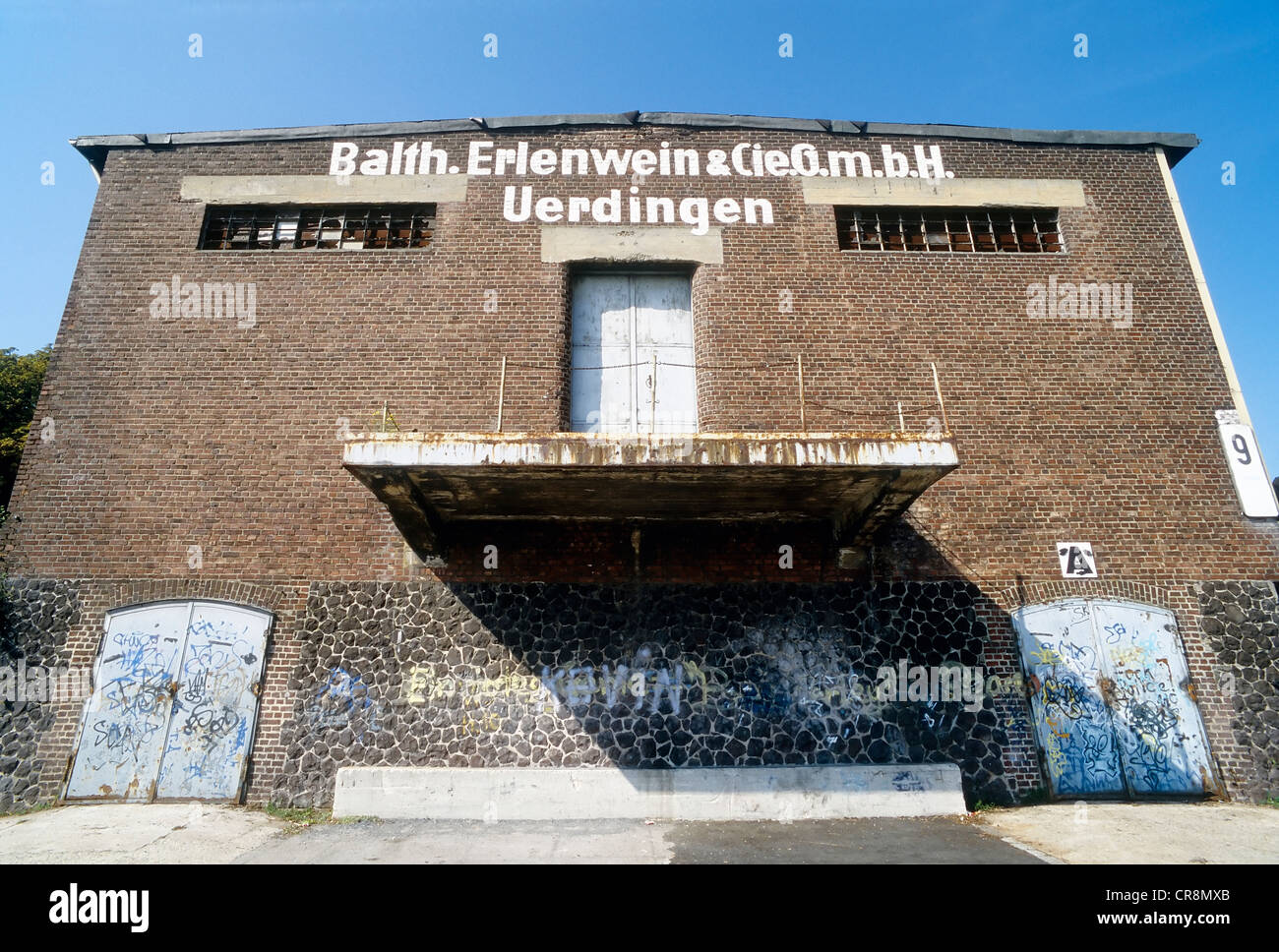 Ruined storage warehouse with a loading ramp, Alter Rheinhafen harbour, Uerdingen district, Krefeld, North Rhine - Stock Image