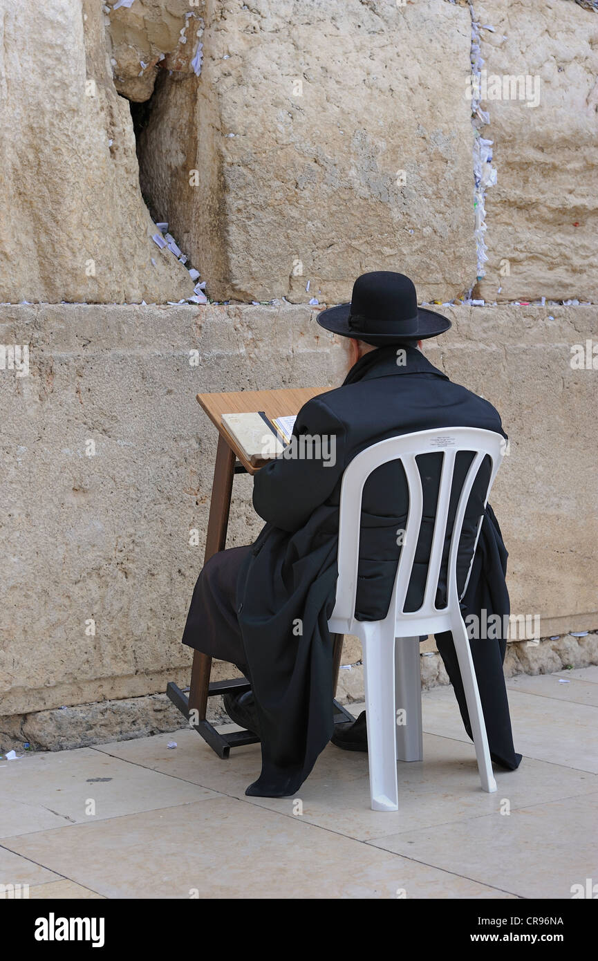 Orthodox Jew praying at the Wailing Wall, Jerusalem, Israel, Middle East - Stock Image