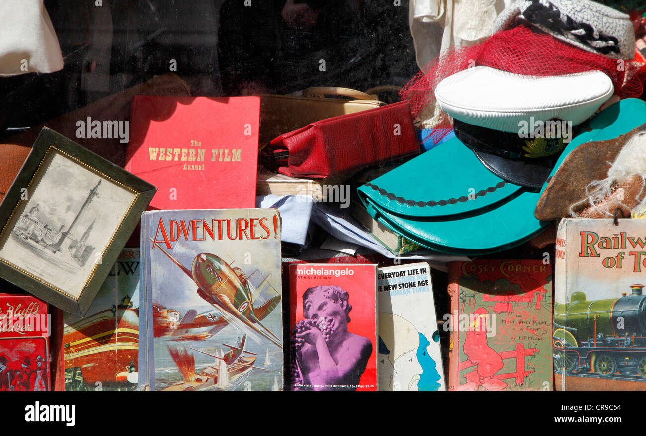 Window of a shop antiques, bookseller, in the old town of Oxford, Oxfordshire, UK, Europe - Stock Image