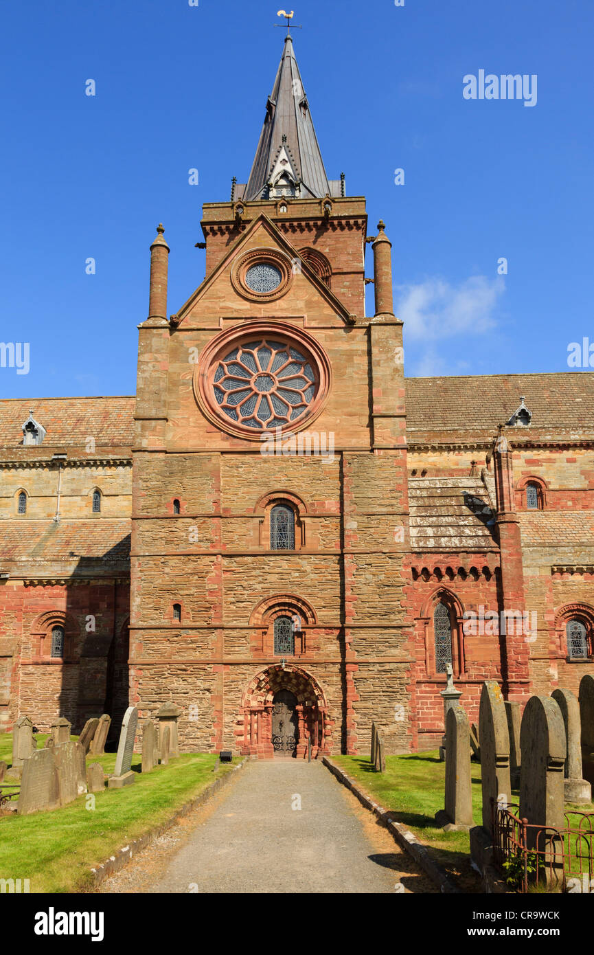 Path to south transept with rose window and door in 12thc St Magnus cathedral built with red and yellow sandstone - Stock Image