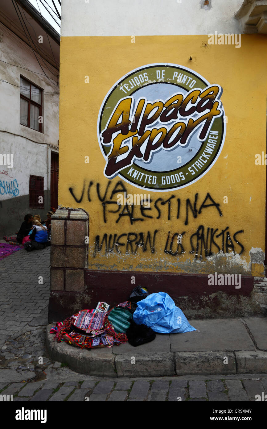 Free Palestine Death to Zionists graffiti in Spanish on a street in the tourist district in La Paz, Bolivia - Stock Image