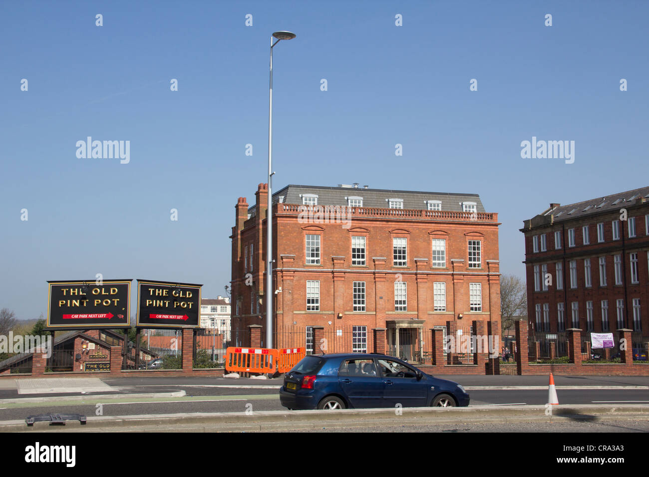 The Cresent, Salford with University of Salford building Adelphi House to the right and 'The Old Pint Pot' - Stock Image