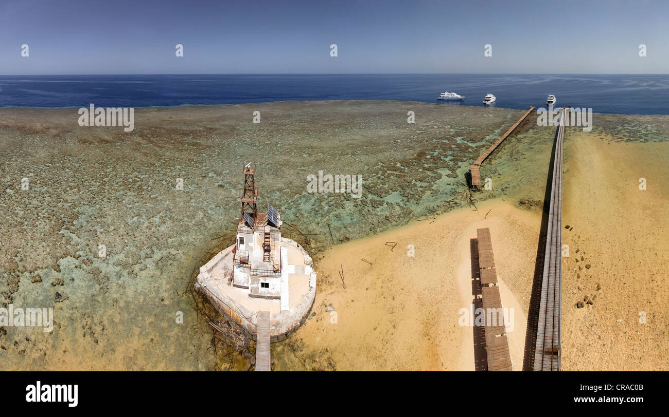Panorama, view from the Daedalus lighthouse, sandbank with jettys, reef top, diving vessels, Daedalus Reef, Egypt, - Stock Image